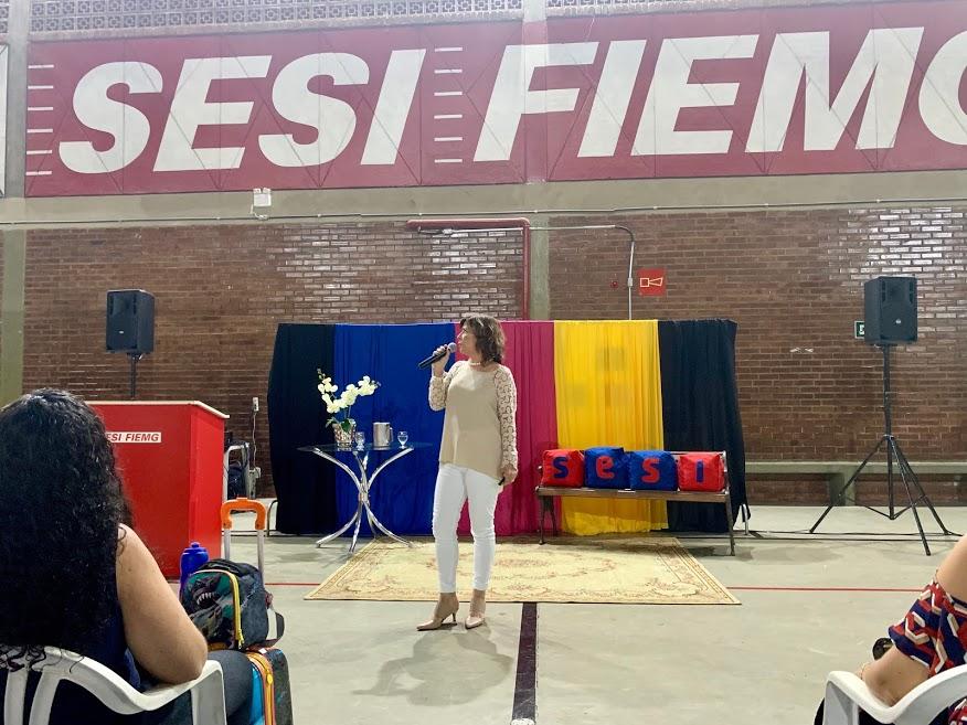 Milta Rocha em palestra para a escola SESI FIEMG em Governador Valadares